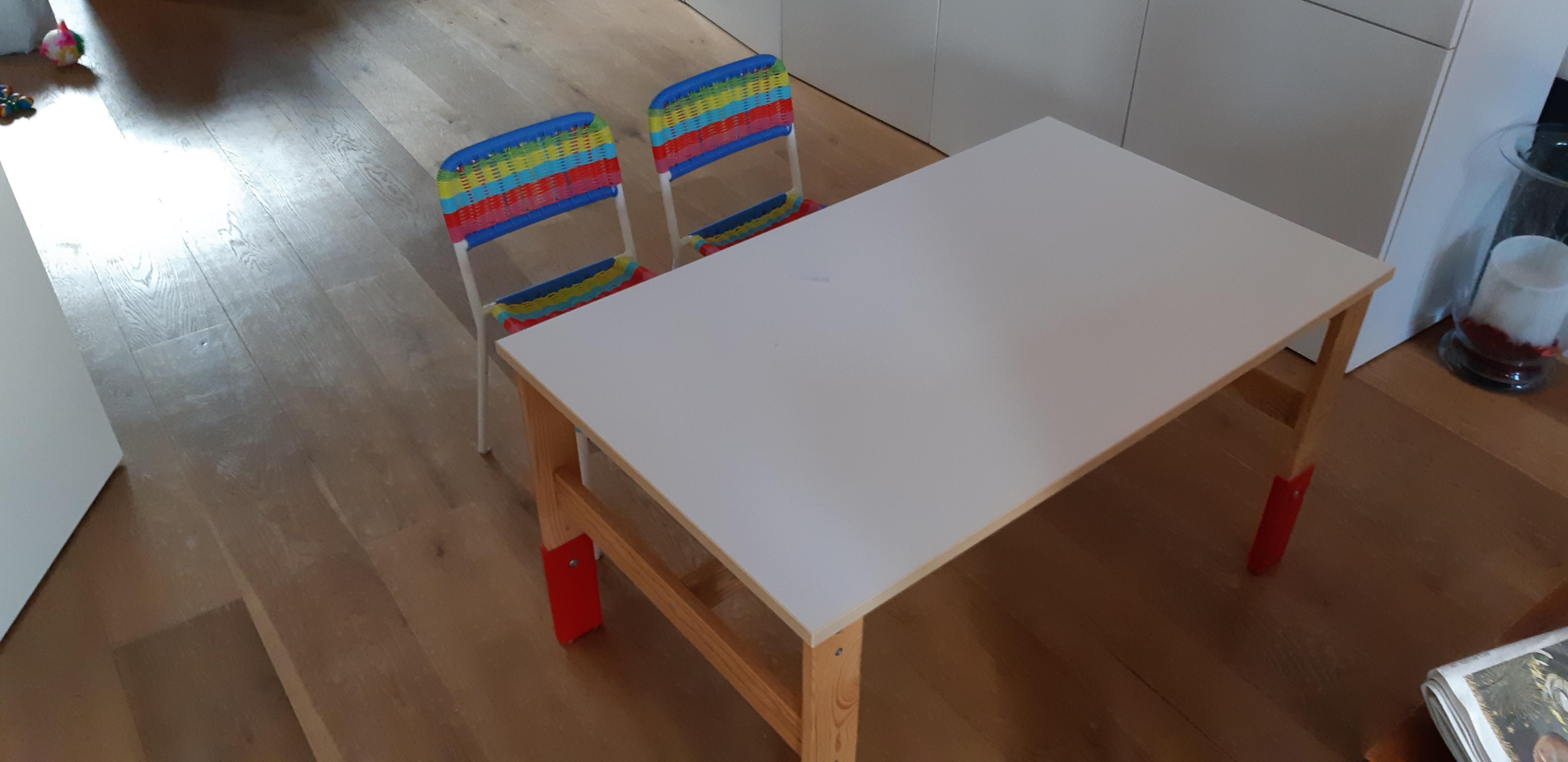 Kindertafel Met Twee Stoeltjes.In Hoogte Verstelbare Kindertafel Met Twee Stoeltjes 20 Euro